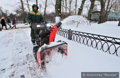 Колонна самосвалов снега, вывезенного с улиц столицы, равна расстоянию от Москвы до Сургута