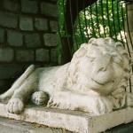 Двор со скульптурами