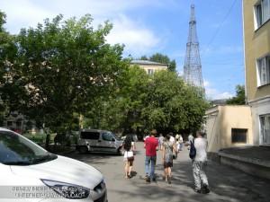 Экскурсанты возле Шуховской башни