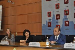 На фото справа руководитель Департамента национальной политики и межрегиональных связей Москвы Виталий Сучков