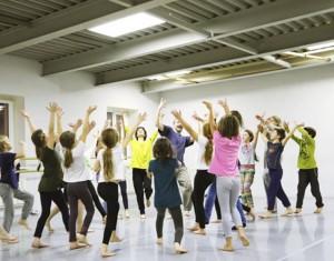 Юные участники занятия по танцевальной импровизации