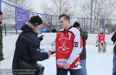 Награждение проводит ветеран хоккея Александр Голиков