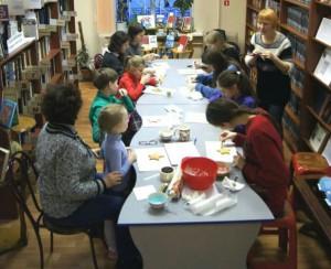 Жители Даниловского района на мастер-классе по росписи пряника к Рождеству