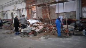 Добровольцы очищают территорию храма