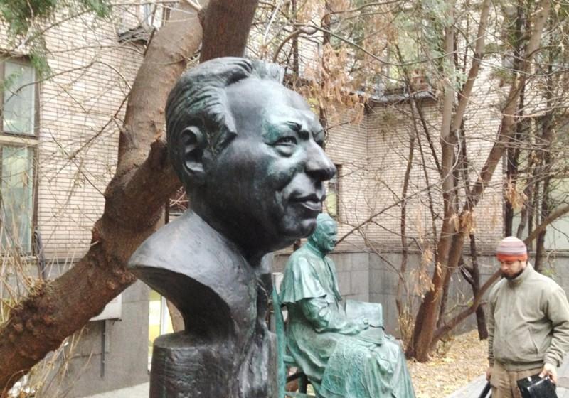 Один из памятников Чингизу Айтматову