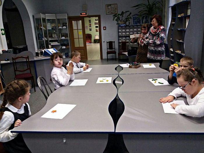 Подопечные школы-интерната на занятии в библиотеке