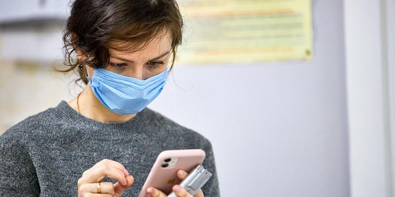 медицинская маска коронавирус самоизоляция смартфон соиальный мониторинг